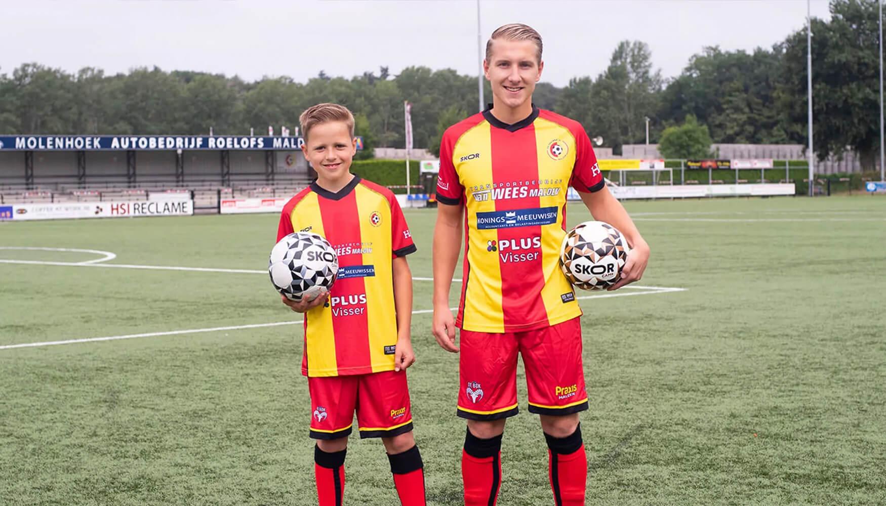 SV Juliana'31 eerste club in teamkleding van SKOR!