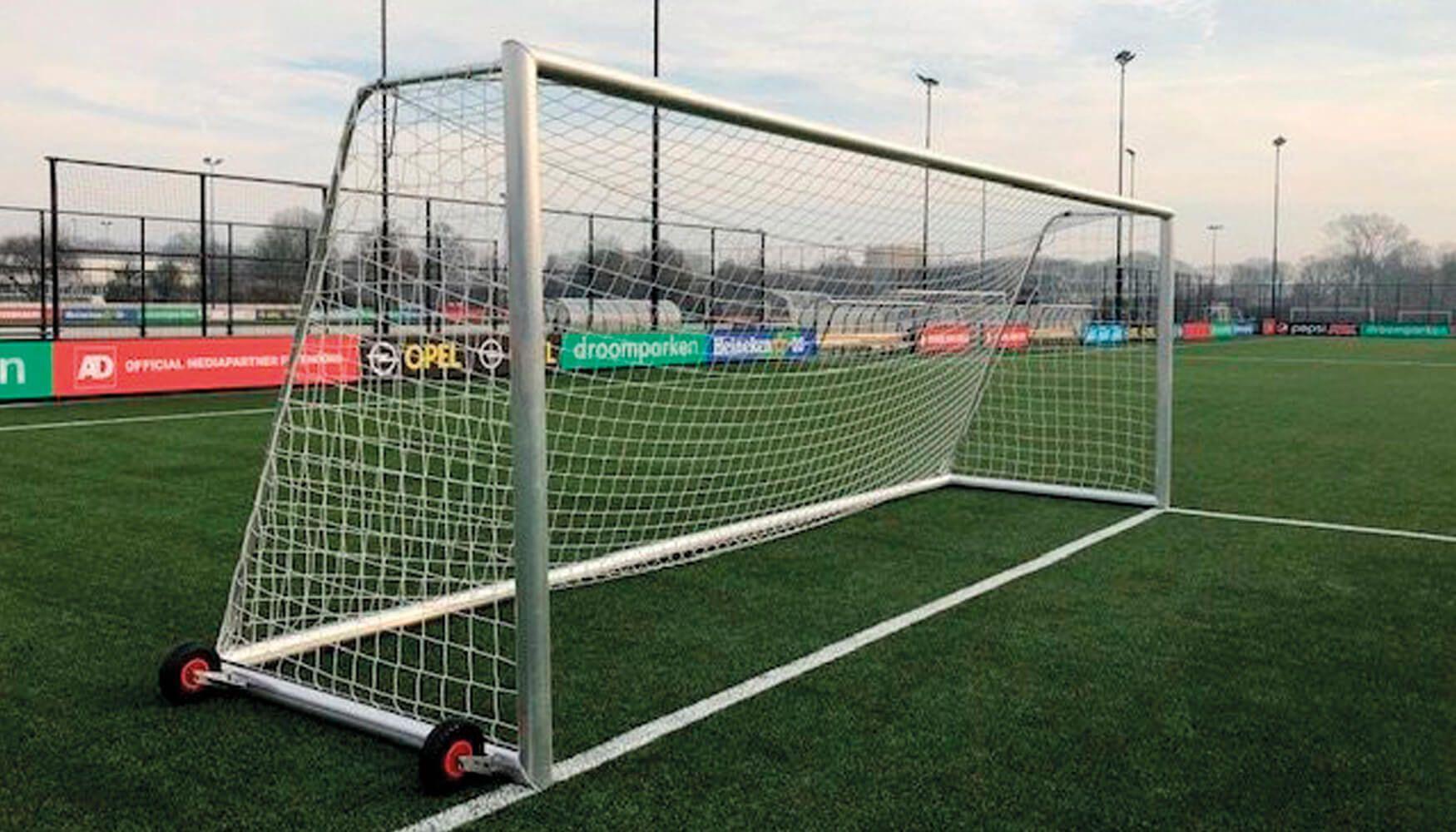Wat zijn de afmetingen van een voetbaldoel voor volwassenen?